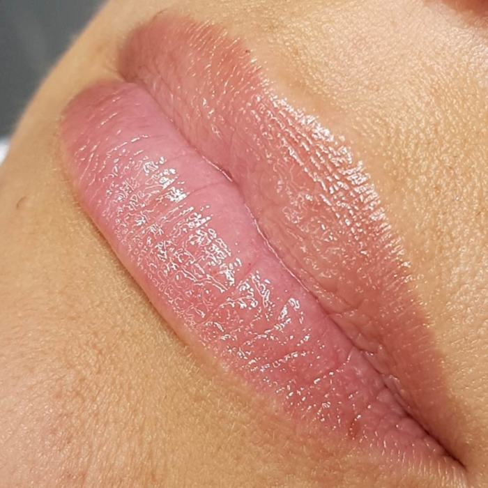 Foto von Lippen mit Permanent Make-Up (PMU) von amiea National Trainer Olga Hendricks, Beispiel PMU Lippen, Nahaufnahme Vergleich vorher und nachher